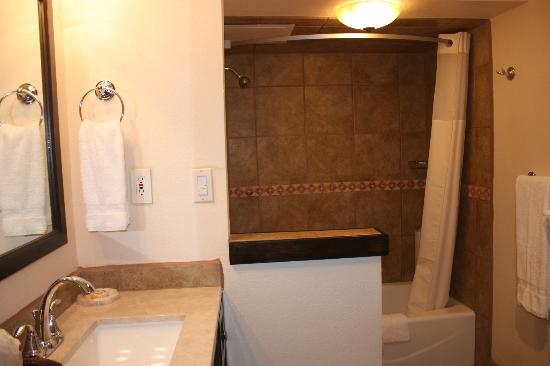 Elephant Butte Inn: Remodeled Restroom