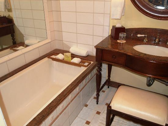 The Kahala Hotel & Resort : Bath Tub