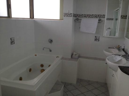 Beaches International: Main bathroom