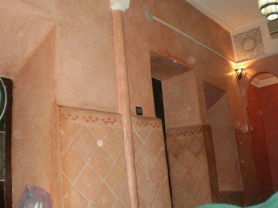 Riad Douja: Deur van de kamer.