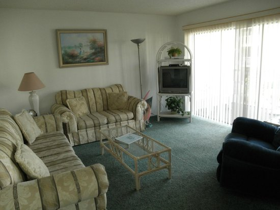 Sanibel Siesta on the Beach: living room with good loose leaf on the area