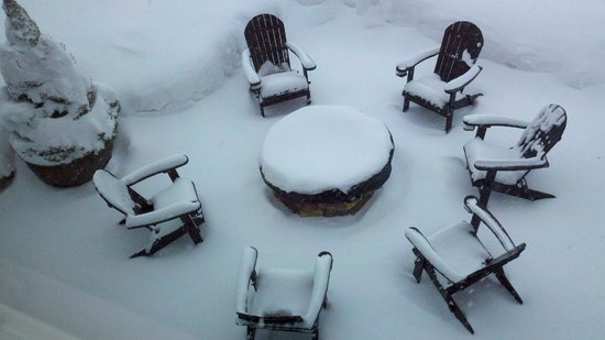 Snowpine Lodge : Baby, it's cold outside! Didn't sit out at the fire pit but would have liked to do so.