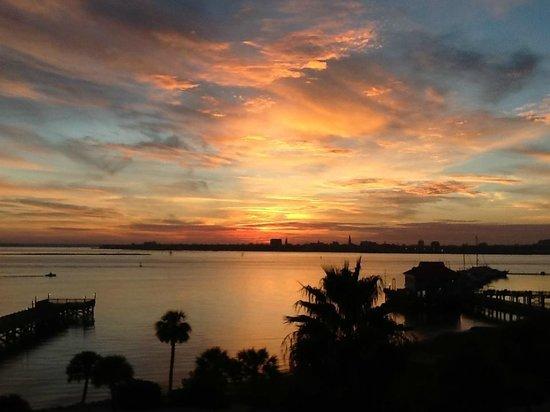 Charleston Harbor Resort & Marina: Sunset over Charleston