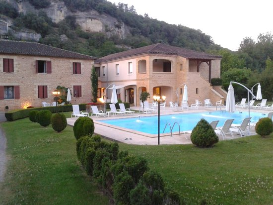Hotel des Roches : The pool & front of the hotel