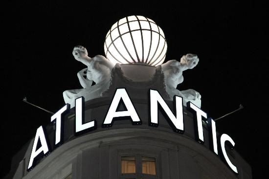 Hotel Atlantic Kempinski Hamburg: sign at night