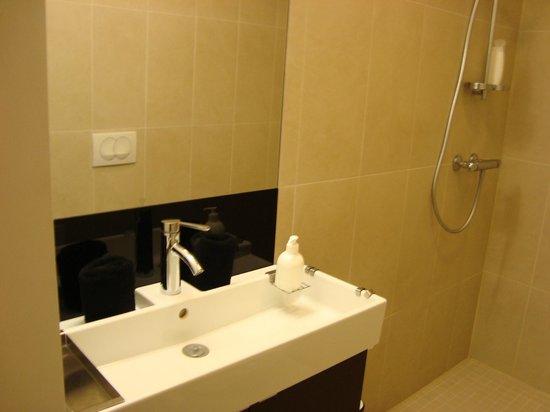 OK Hotel: Bathroom