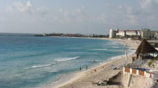 Bsea Cancun Plaza: Looking down the strip towards Club Med