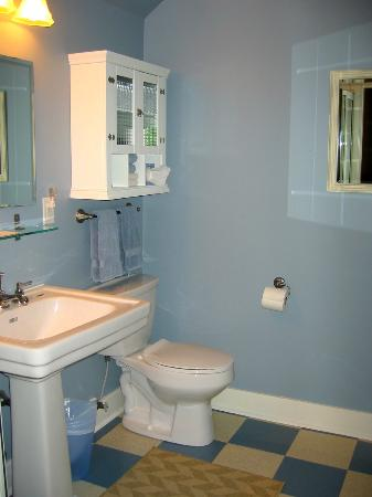 Juniper House: Queen Suite washroom