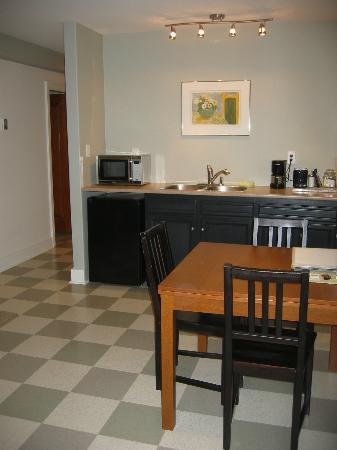 Juniper House: King Suite kitchenette