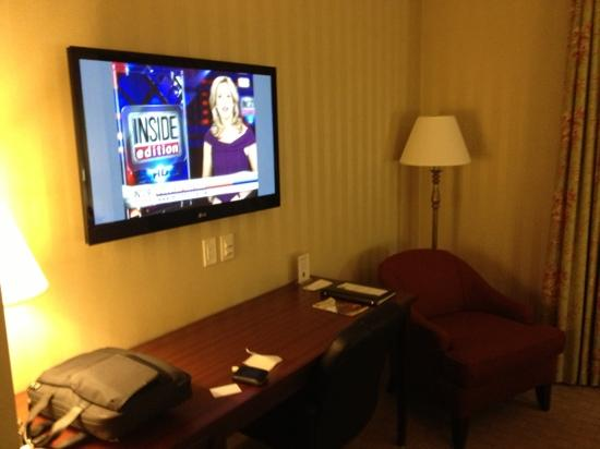Quality Inn & Suites Downtown: flat screen and work station