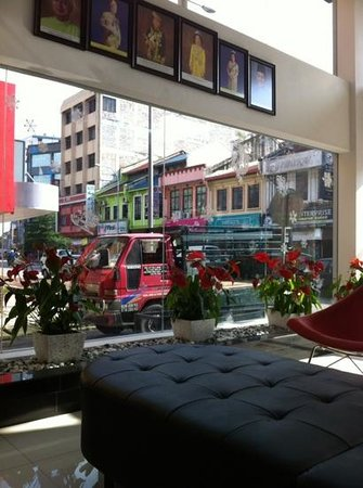 Ipoh French Hotel: View of the street from hotel lobby