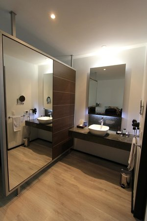 NH Collection Royal Medellin: lavatory sink and large mirror