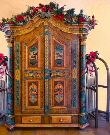 Hotel Pension Anna: Baroque styled antique Austrian armoire with sleigh