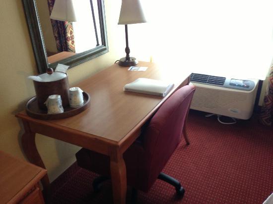 Hampton Inn Bardstown: Room - Desk