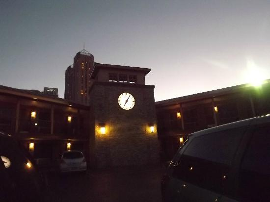 Days Inn Alamo/Riverwalk: Clock