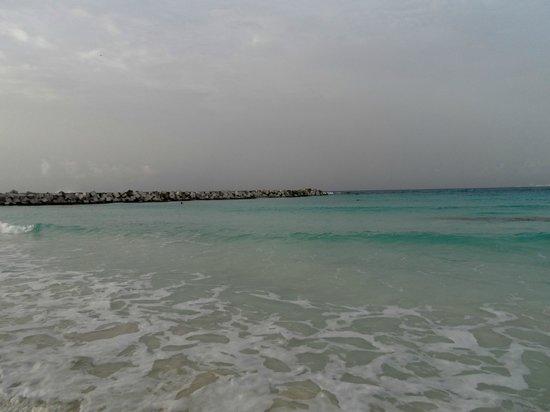 Krystal Cancun: La playa del hotel parece una inmensa alberca...
