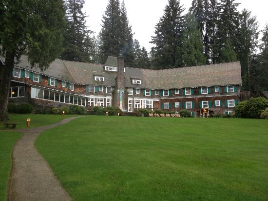 Lake Quinault Lodge: View of back, Lake Quinault is behind