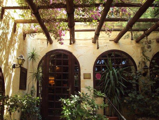Cornucopia Hotel: Front Door