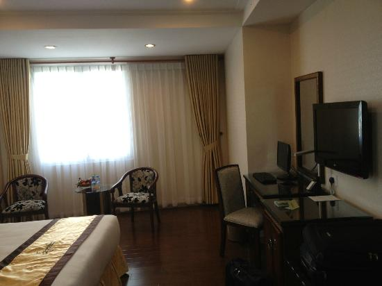 Signature Saigon Hotel: window and desk