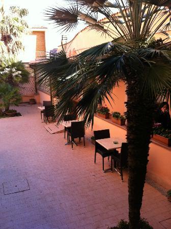 Best Western Hotel Riviera: Courtyard