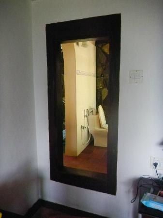 Paradisa Plantation Retreat: Loved the door to the bath area