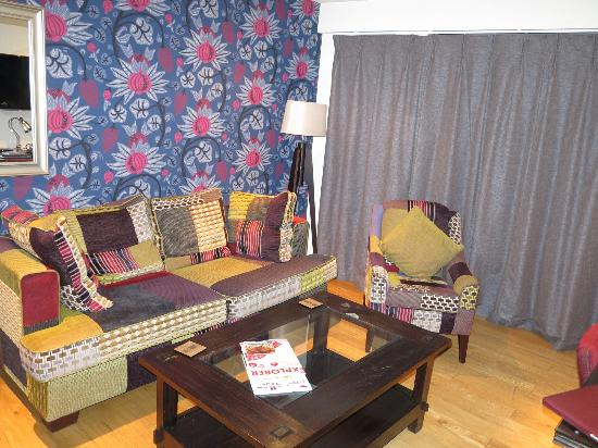 The Varsity Hotel & Spa: living room of suite