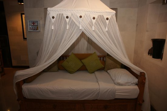 Villa Agung Khalia: Single bed within living room