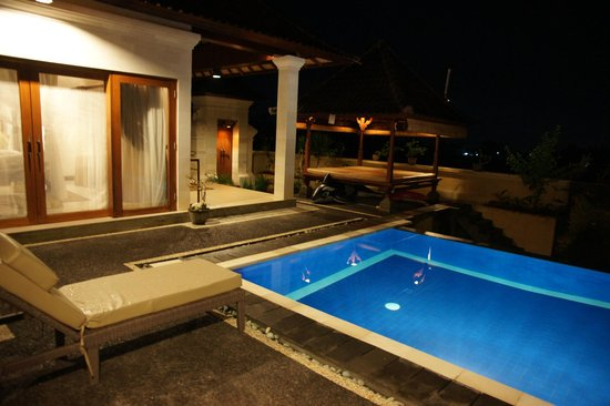 ‪فيلا أجونج خاليا: Swimming pool with patio in night view