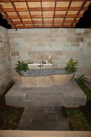 Villa Agung Khalia: Bath tub