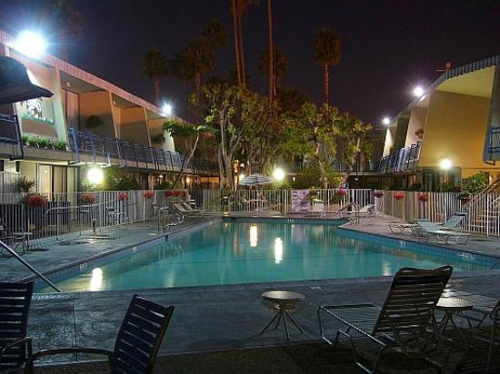 Travelodge Hotel LAX Los Angeles Intl: Pool view night 02