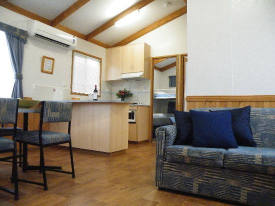Lake Hamilton Motor Village & Caravan Park: Living Area Superior Family Cabin