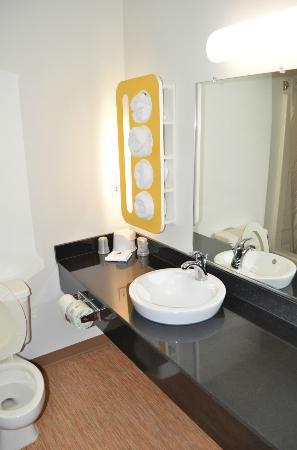 Motel 6 Pittsburgh Airport: Bathroom
