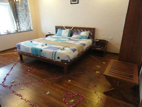 Kaivalyam Retreat: Honeymoon Decoration in the Room