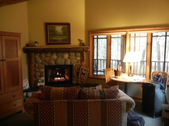 Weasku Inn: Fireplace and windows in room