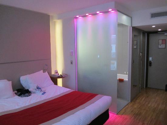 Mercure Paris Arc de Triomphe Etoile: Chambre séparée de la SDB par une paroi avec jeux de lumière. Super !