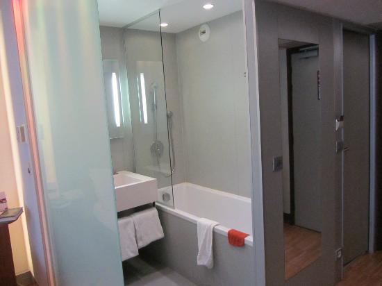 Mercure Paris Arc de Triomphe Etoile: La salle de bain. Ici baignoire. Dans la 2ème chambre il y avait une douche italienne