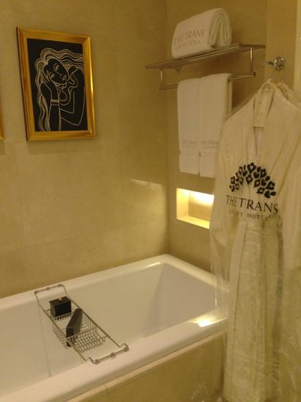 The Trans Luxury Hotel Bandung: Salt n Loofah provided for bathtub