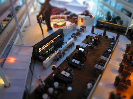 Hilton London Heathrow Airport: View from the walkway to the restaurant areas