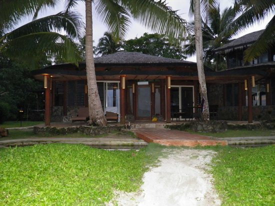 Coconuts Beach Club: fale