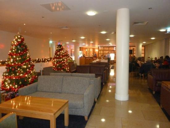 Clayton Hotel Cardiff Lane: Sitzecke vor dem Speisesaal