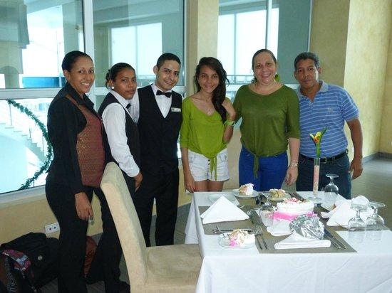 Clarion Victoria Hotel and Suites Panama: Compartiendo la torta del cumple de mi hija con el personal del comedor.
