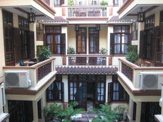 هوي أن ني ني هوتل: Inside of hotel with pool 
