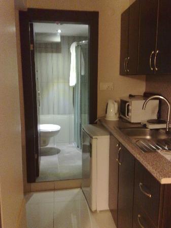 Noche Suites Harbiye: Kitchen + bathroom