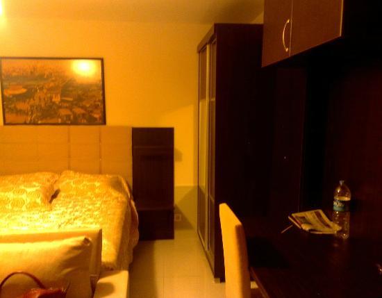 Noche Suites Harbiye: The room was dark and quiet