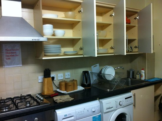 FlexiStay Aparthotel Tooting London: the kitchen
