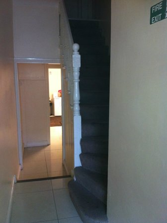 FlexiStay Aparthotel Tooting London: staircase to our room & view of the kitchen