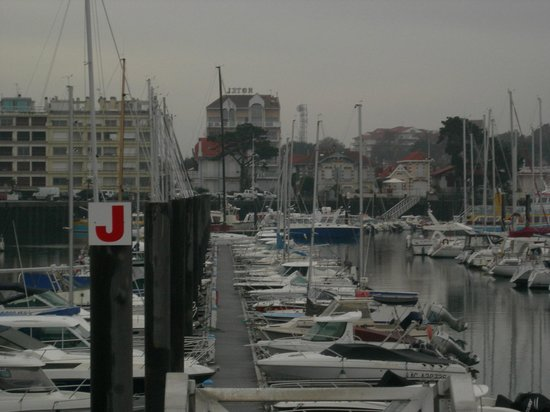 HOTEL LE NAUTIC : El hotel, visto desde el puerto deportivo.