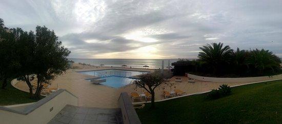 Aparthotel Luamar : Vista da saída do hotel para a zona da piscina