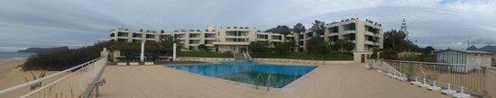 Aparthotel Luamar : Vista da zona da piscina para o hotel