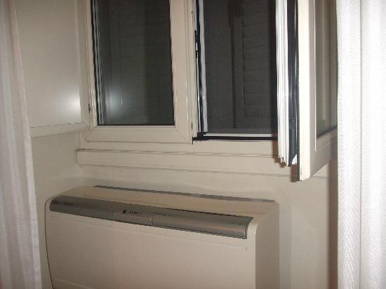 La Girandola Bed & Breakfast: ventana y aire acondicionado
